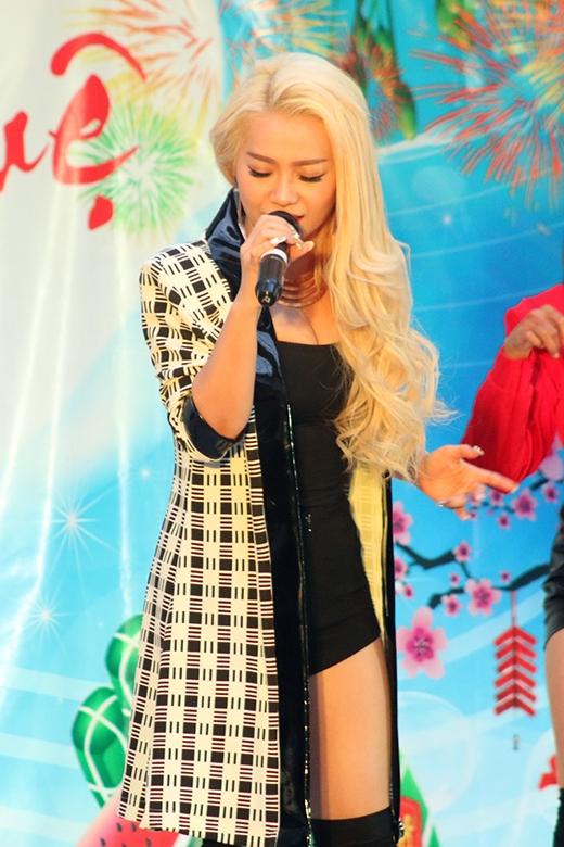 Mi-A mang đến ca khúc hit What does the fox say từ cương trình Gương mặt thân quen. Đa số các em học sinh đều thuộc lời khá đặc biệt của ca khúc cùng hát theo khiến cả sân trường náo nhiệt hơn bao giờ hết.