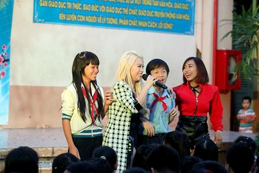 Tiếp nối chương trình, Mi-A mang đến ca khúcLắng nghe mùa xuân vềđược phối lại hoàn toàn mới, các em học sinh nhúng nhảy theo điệu nhạc sôi động.
