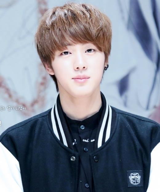 Cư dân mạng đùa rằng không tính gương mặt thìJin (BTS)chẳng có tài năng gì, anh chàng cũng có số phận tương tựSehun (EXO).