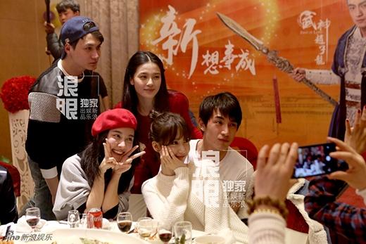 Yoona chụp ảnh bên các đồng nghiệp