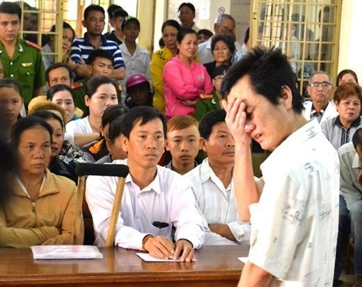 Bị cáo Đỗ Công Vũ xin phép Hội đồng xét xử được bước xuống tận dãy bàn nơi anh Nam và gia đình chị Ngọc để nói lời xin lỗi chân thành.