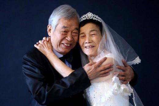Yu Gengxuan, một phụ nữ 83 tuổi, và Luo Lan, một người đàn ông 81 tuổi, chụp ảnh vào ngày 14/2/2014. Khi đám cưới diễn ra, chúng tôi không chụp ảnh và cũng chẳng có nhẫn. Công việc khiến chúng tôi xa cách nhau gần 20 năm. Trong khoảng thời gian đó chỉ vợ tôi nuôi con. Vào ngày 16/3 tới, tôi sẽ trao nhẫn cho bà ấy nhân kỷ niệm 60 năm ngày cưới của chúng tôi, ông Luo nói.