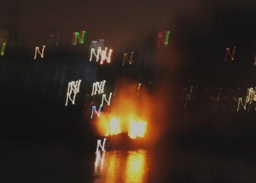 Tàu cá của ngư dân Quảng Ngãi bốc cháy giữa sông Hàn.