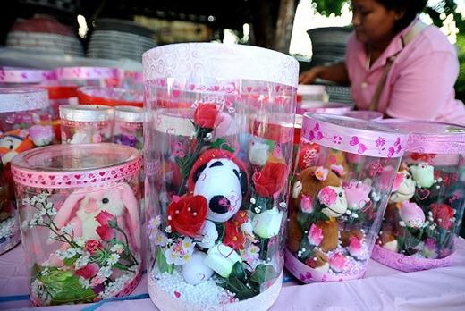 Người bán hàng đang sắp xếp các mặt hàng trong ngày 14/2 ở Surabaya, Indonesia. Trong Lễ tình nhân, những người yêu nhau hoặc các cặp vợ chồng ở Indonesia thường tặng nhau chocolate, các vật hình trai tim, hoa... Ảnh: Getty