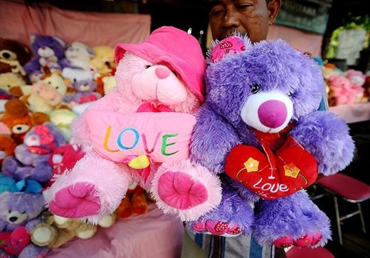 Gấu bông cũng là vật phẩm được các cặp đôi ưa chuộng trong ngày lễ tình nhân. Ảnh: Getty
