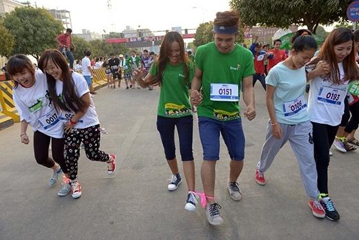 Thanh niên Campuchia mừng ngày 14/2 bằng trò chơi buộc chân hai người tại Phnom Penh. Ảnh: Getty