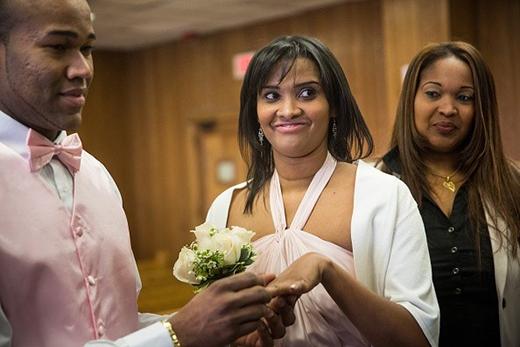 Jesus Romualdo và Poliana de Oliveira kết hôn trong lễ cưới tập thể của trước thềm Valentine ở Newark, New Jersey, Mỹ. Kể từ năm 2002, hàng năm thành phố Newark đều tổ chức lễ cưới cho khoảng 100 cặp đôi trong dịp 14/2. Ảnh: Getty