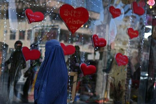 Một phụ nữ Afghanistan tới một cửa hàng đồ lưu niệm trong ngày Valentine tại Kabul. Giới trẻ Afghanistan đang đón chào Lễ tình nhân dù quan niệm về tình yêu vẫn còn hà khắc. Ảnh: Getty