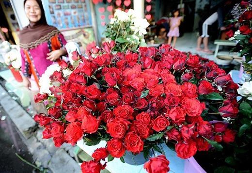 Hoa hồng rực rỡ trên đường phố Indonesia trong dịp Valentine. Ảnh: Getty