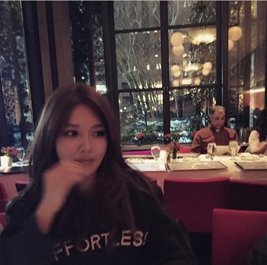 Sooyoung thưởng thức đồ ăn trong nhà hàng và mừng ngày lễ Tình nhân.