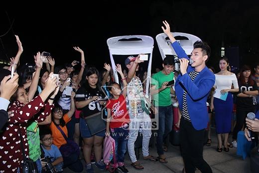 Và nhận được sự reo hò cổ vũ của các fan khi biểu diễn. - Tin sao Viet - Tin tuc sao Viet - Scandal sao Viet - Tin tuc cua Sao - Tin cua Sao