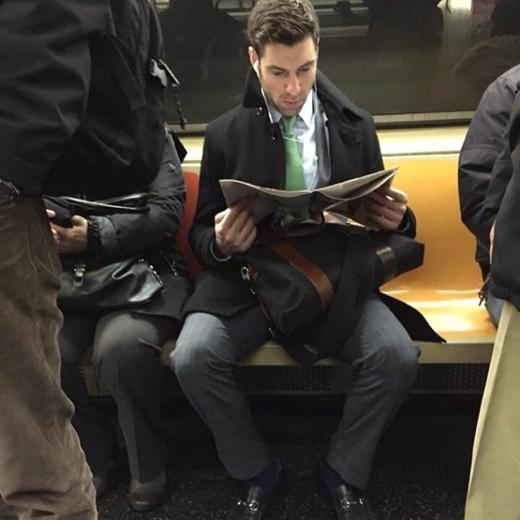 Áo khoác ngoài, cravat xanh và một tờ tạp chí trên tay - ai nói các chàng trai công sở không hấp dẫn? Và có lẽ, anh ấy cũng đang nghe Taylor Swift nữa đấy.
