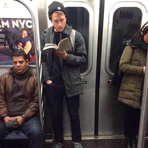 Tất nhiên là chàng trai đang đứng với cuốn sách trên tay hấp dẫn hơn người người đàn ông đang ngồi nhăn nhó bên cạnh, đúng không?