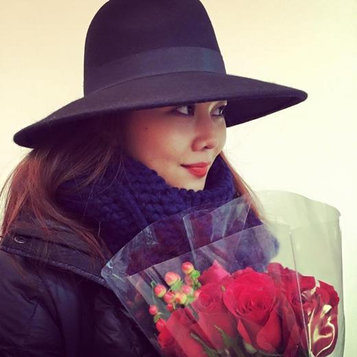Thanh Hằng dù đang ở New York vẫn nhận được bó hoa hồng trong ngày Valentine.