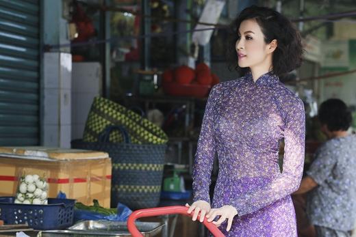 MC Thanh Mai sở hữu làn da trắng sáng rất hợp với chiếc áo dài màu tím. - Tin sao Viet - Tin tuc sao Viet - Scandal sao Viet - Tin tuc cua Sao - Tin cua Sao