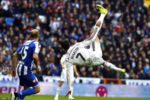 Siêu sao người Bồ Đào Nha thể hiện rõ quyết tâm lấy lại hình ảnh trong mắt người hâm mộ. Trong 3 phút (từ 9 đến 12), Ronaldo làm chao đảo khung thành của Super Depor 2 lần. Phút thứ 9, CR7 tung người volley đưa bóng đi sạt xà ngang. Ở tình huống sau đó, cựu sao M.U cứa lòng kỹ thuật nhưng bóng lại dội vào khung thành đội khách bật ra.