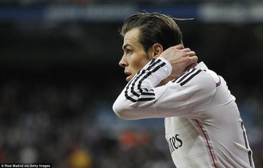 Phút 18, đến lượt Bale nuối tiếc sau khi dứt điểm trúng xà ngang khung thành của đối phương.