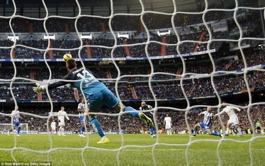 Ngay sau pha đệm bóng sát ở vạch vôi không thành công của Ronaldo, Isco tung ra cú cứa lòng kỹ thuật đưa bóng vào góc hiểm làm bó tay thủ thành Fabricio.