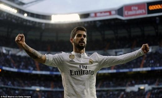 Niềm vui của cựu sao mai Malaga sau khi giúp đội bóng Hoàng gia Tây Ban Nha vượt lên. Người kiến tạo trong pha bóng này là Arbeloa.