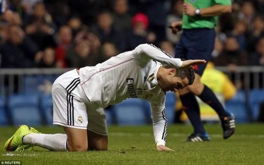 Phút 88, Ronaldo volley cận thành nhưng một lần nữa bóng lại ra ngoài. Siêu sao người Bồ Đào Nha không thể kìm chế cảm xúc khi đập tay xuống mặt cỏ bảy tỏ sự tức giận sau những pha bỏ lỡ.