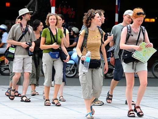 Đến Việt Nam, nhiều du khách phải học cách thích nghi với môi trường và văn hóa bản địa bằng việc tạm thời quên những thói quen vốn có ở quê nhà. Ảnh: VOV.