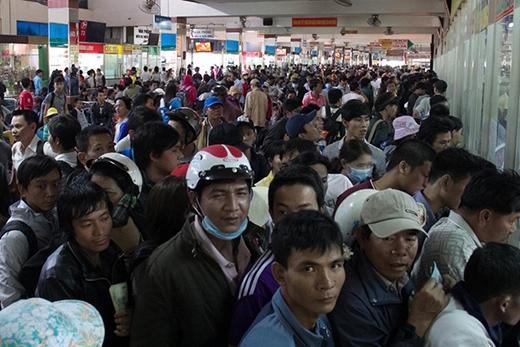 Sáng 15/12, hàng ngàn người chen chật kín sảnh vé bến xe miền Đông (TP HCM). Họ là những người lao động nghèo ở miền Trung, miền Bắc cố gắng tìm tấm vé cuối cùng về quê ăn Tết với gia đình.
