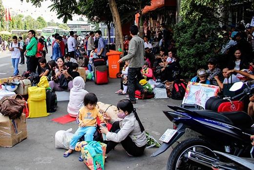 Tuy nhiên do lượng người quá đông nên bến xe quá tải, hàng ngàn người vạ vật khắp nơi, tràn cả ra ngoài nhà chờ.