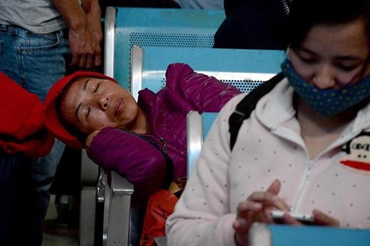 Người phụ nữ này tranh thủ chợp mắt khi chờ tấm vé may mắn về với gia đình.