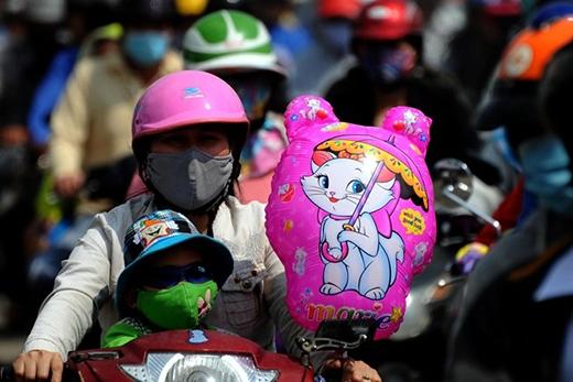 Ngay cả những người đưa con đi chơi, mua sắm ngày Tết cũng chung số phận vì các con đường ùn tắc.