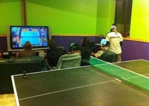 Thay vì chơi bóng bàn thật thì mọi người lại chơi bóng bàn trên tivi để đỡ mắc công đổ mồ hôi
