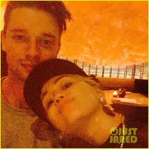 [Tết 2015] Miley Cyrus khoe những khoảnh khắc ngọt ngào bên bạn trai