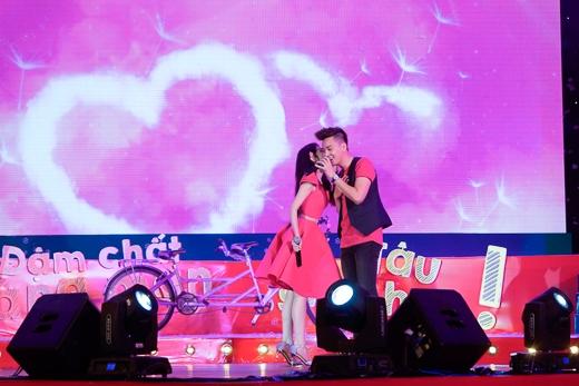 Cặp đôi không ngại dành cử chỉ yêu thương cho nhau - Tin sao Viet - Tin tuc sao Viet - Scandal sao Viet - Tin tuc cua Sao - Tin cua Sao