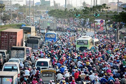Chiều 14/2 (tức 26, tháng Chạp), hàng ngàn người dân ở các tỉnh miền Tây đang sinh sống và làm việc ở TP HCM ùn ùn kéo về quê để ăn tết. Cửa ngõ phía Tây thành phố đoạn qua quận Bình Tân, huyện Bình Chánh kẹt cứng.