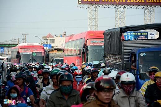 16h30, ôtô, xe máy chôn chân tại chỗ tại quốc lộ 1A, vòng xoay An Lạc, quận Bình Tân, TPHCM.