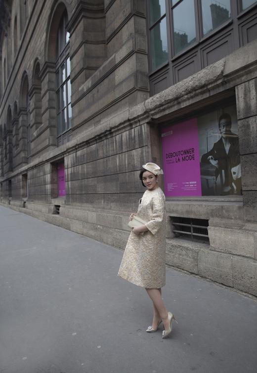 Phong cách thời trang mà Lý Nhã Kỳ lựa chọn khi xuất hiện tại triển lãm: kiêu kỳ nhưng vẫn sang trọng. - Tin sao Viet - Tin tuc sao Viet - Scandal sao Viet - Tin tuc cua Sao - Tin cua Sao