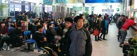 Hành khách ngồi chờ trước phòng vé ở Bến xe Mỹ Đình. Ảnh:Tan Qiuyi