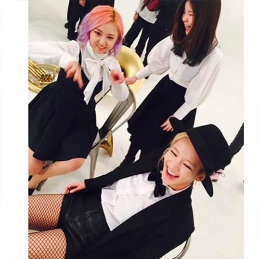 Hyoyeon cực hài hước và đăng hình hậu trường quay MV Shake That Brass của Amber: Hình này trong lúc đang quay MV nè. Bài hát cực vui bởi vì tôi được thực hiện chung với bạn bè..