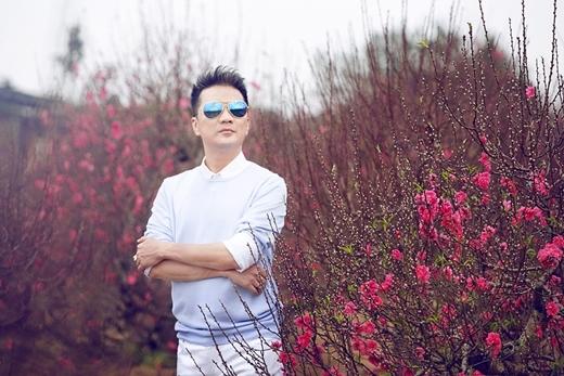 Như thường lệ, Giao Thừa hàng năm anh đều dành thời gian biểu diễn và phục vụ cho khán giả với những ca khúc xuân đã gắn liền với tên tuổi của mình. - Tin sao Viet - Tin tuc sao Viet - Scandal sao Viet - Tin tuc cua Sao - Tin cua Sao