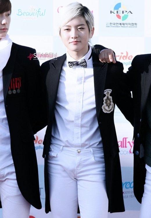 Ren (Nu'est)tr6ng như chàng bạch mã hoàng tử với trang phục ton sur ton trắng thuần khiết, nổi bật là chiếc quần jean bó trắng.