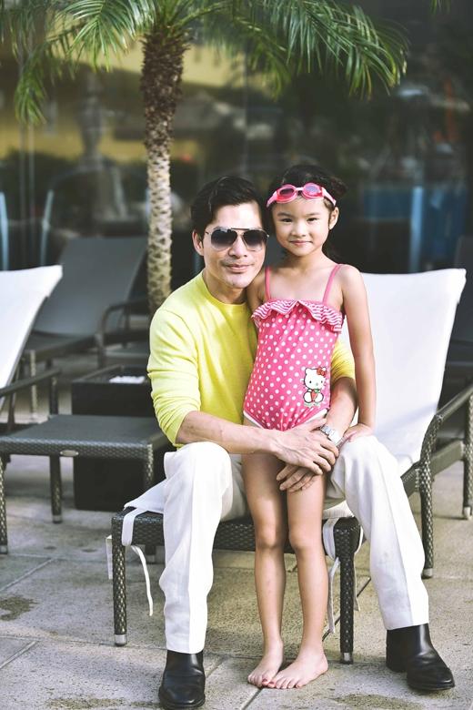 Hai bố con quyết định đi bơi để giải tỏa stress. - Tin sao Viet - Tin tuc sao Viet - Scandal sao Viet - Tin tuc cua Sao - Tin cua Sao