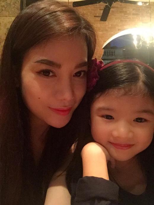 Trương Ngọc Ánh trở về Thủ đô và hẹn hò công khai cùng cô con gái đáng yêu của mình một bữa tối thịnh soạn
