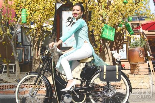 [Tết 2015] Thảo Trang cưỡi xe độc dạo phố xuân - Tin sao Viet - Tin tuc sao Viet - Scandal sao Viet - Tin tuc cua Sao - Tin cua Sao