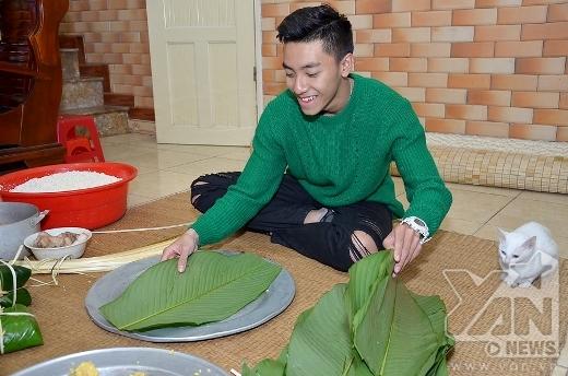 Đầu tiên lấy một chiếc mâm rộng, xếp lá một bên, lạt một bên, gạo và đỗ, nhân thịt lợn để phía trước. Tuấn Đạt đang lựa chọn lá cho chiếc bánh đầu tiên của mình