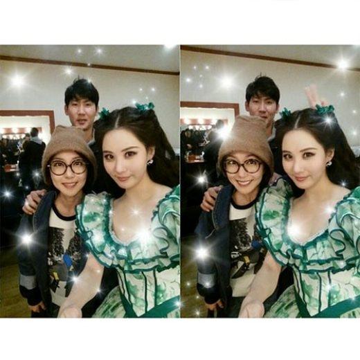 """Seohyun (SNSD) kết thúc buổi diễn cuối cùng của vở nhạc kịch Gone With The Wind và chia sẻ ảnh Shoo – cựu thành viên S.E.S đến ủng hộ cô nàng: """"Mặc dù thời gian trôi qua, chị Shoo vẫn xinh đẹp rạng ngời! Chị ấy còn đến ủng hộ mình nữa… Thật là cảm động. Em yêu chị, người luôn vui vẻ và tốt bụng. Và còn là một bà mẹ tốt nữa chứ, chị Shoo à, cám ơn chị thật nhiều!"""""""
