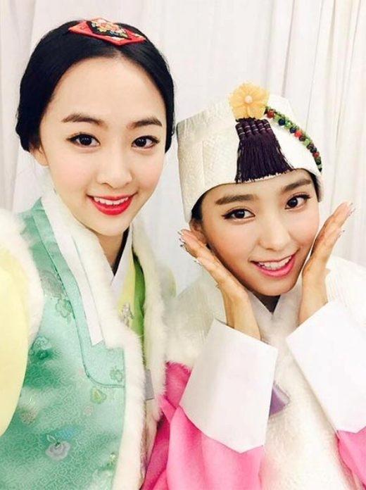 """Nhân dịp năm mới sắp đến, Bora và Dasom nhóm Sistar diện hanbok và gửi lời chúc đến các fan: """"Mọi người ơi, chúc mừng năm mới^^. Hãy ăn thật nhiều đồ ăn ngon cùng với gia đình và cẩn thận trên đường về nhà nhé! Chúc mọi người kỳ nghỉ hạnh phúc.""""."""