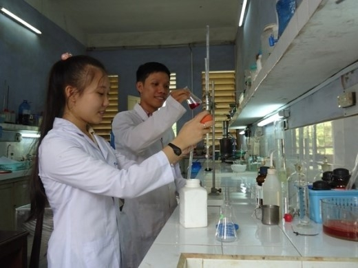 Hồ Phước Điệp và bạn nghiên cứu trong phòng thí nghiệm.
