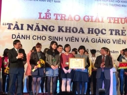 Nguyệt Minh cùng các thành viên trong nhóm nhận bằng khen của Bộ GD-ĐT.