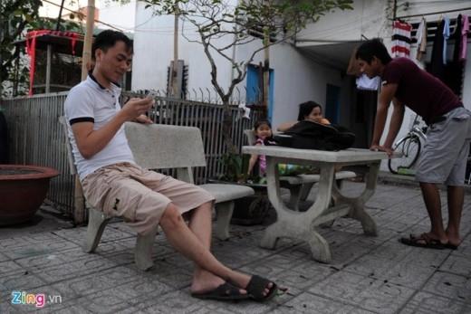 Nam thanh niên này mới sắm chiếc Smartphone để lên Facebook đọc những chia sẻ về không khí Tết ở quê nhà mà bạn bè cập nhật.