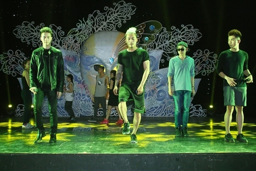 Để chuẩn bị cho tiết mục biểu diễn của nhóm cho chương trình TOP SHOW – Xuân Đại Hỷ, nhóm 365 đã có mặt từ rất sớm và tập cùng vũ đoàn. - Tin sao Viet - Tin tuc sao Viet - Scandal sao Viet - Tin tuc cua Sao - Tin cua Sao