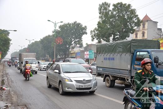 1 chiều đi về phía sân bay Nội Bài vẫn còn khá đông phương tiện tham gia giao thông.